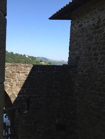 Castello di Petroia: Castle courtyard
