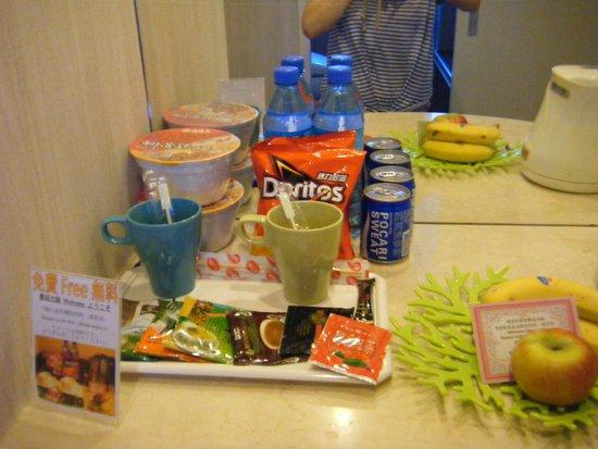 YoMi Hotel: 部屋に置いてあった、無料のお菓子、飲み物など。