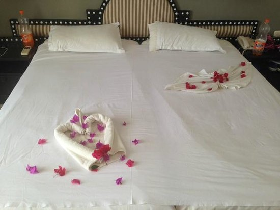 Miramar Petit Palais: Cute but cringe because I was with my friend not partner so the rose petals was not appropriate
