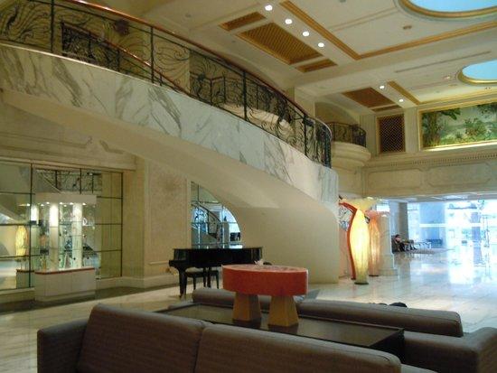 Royal Plaza on Scotts: Foyer