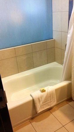 Wild Horse Pass Hotel & Casino: small tub and shower combo in corner suite bathroom
