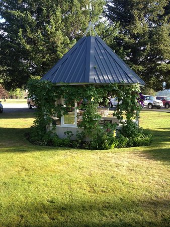 The Nordic Inn: Gazebo between rooms and highway