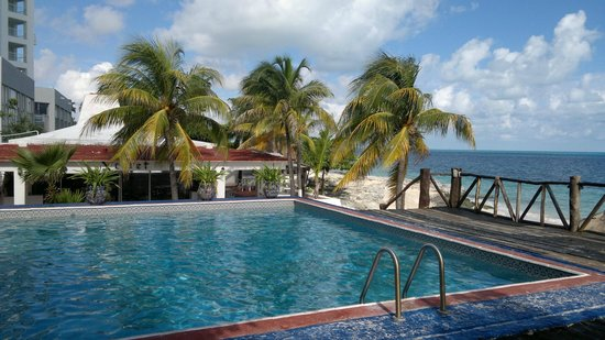 Hotel Dos Playas Beach House: один из бассейнов и бар