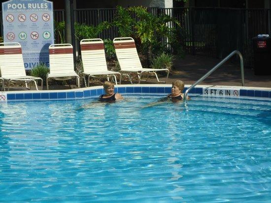 Ramada Kissimmee Gateway: Las amigas en una de laspiscinas