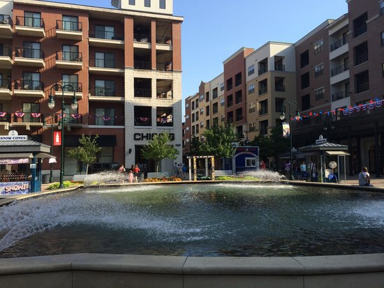 Hilton Promenade at Branson Landing: Shops on Landing directly behind hotel.