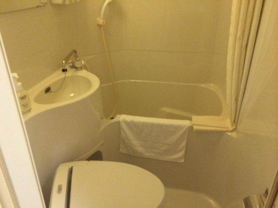 Simple Heart Hotel Osaka: バスルームは狭い