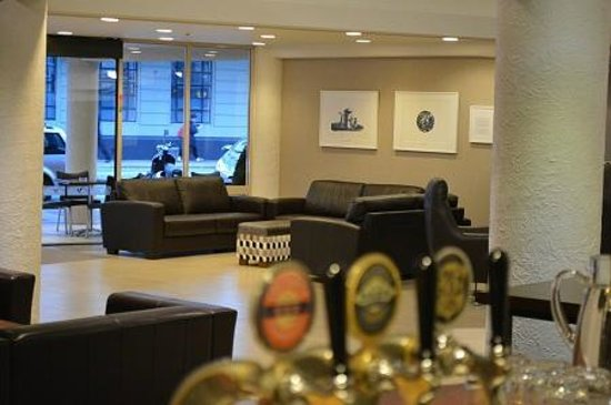 West Plaza Hotel: City Bar