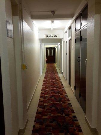 The County Hotel : Pasillo de ingreso a la habitacion