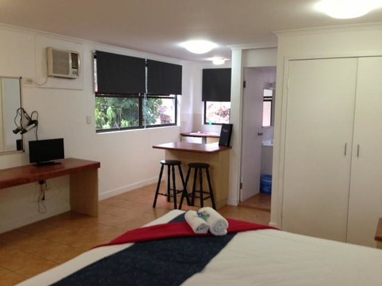 Base Backpackers Airlie Beach : King room