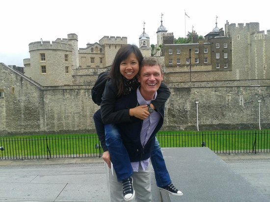 Yellow Moon Tours: Eline and Blaine at the Tower of London on our Yellow Moon Tour
