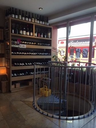 Le Comptoir des Tontons : Stairs to the cellar