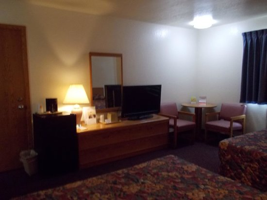 North Star Hotel – Pictured Rocks: decent furnishings but dark room with no spare outlets