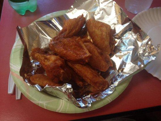 Donatello's Restaurant: 10 hot wings-yum!