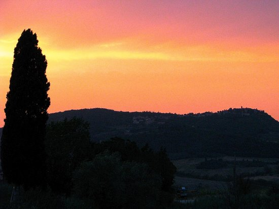 Agriturismo il Palazzo dei Diavoli : Sunset over the nearby town which you can see from grounds