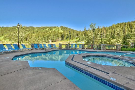 Sun Peaks Grand Hotel & Conference Centre : Pool with View of Mountains