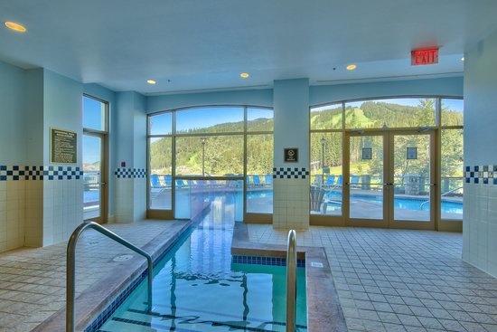 Sun Peaks Grand Hotel & Conference Centre : Outdoor Pool with Indoor Entrance