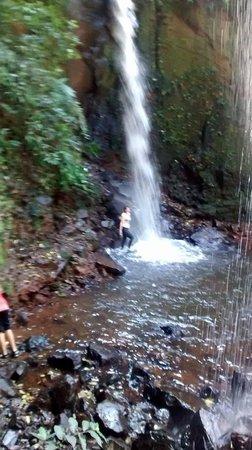 Recanto Alvorada Eco Resort: cachoeira na trilha - externa