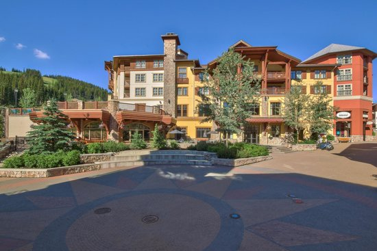 Sun Peaks Grand Hotel & Conference Centre : Hotel Rear Entrance and Patio Dining