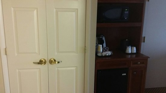 Hilton Garden Inn BWI Airport: Microwave and coffee maker near closets
