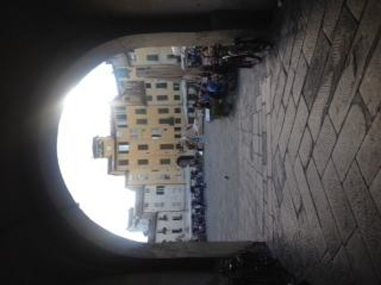 B&B Anfiteatro: Entrance to the piazza