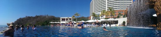 Azul Ixtapa Grand Spa & Convention Center: Gran cantidad de camastros, varias albercas de gran tamaño
