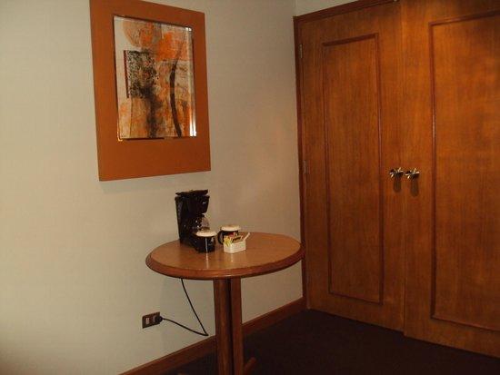 El Pardo DoubleTree by Hilton Hotel : Coffee Maker /closet area