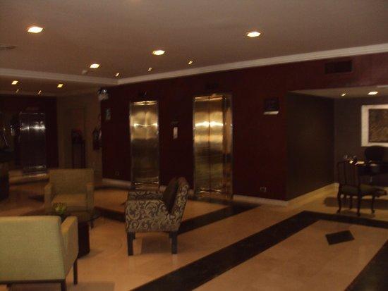 El Pardo DoubleTree by Hilton Hotel : Lobby area/elevators