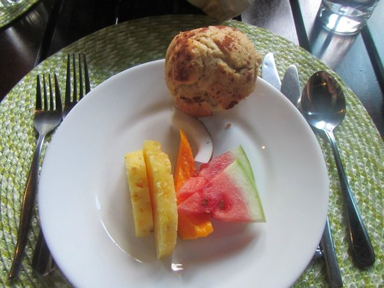 Koro Sun Resort and Rainforest Spa: Breakfast included fresh tropical fruits and fresh baked muffins (different flavors everyday)