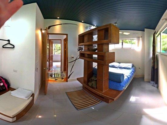 Espadilla Ocean Club: Upstairs, 2nd bedroom (queen), good storage to the left