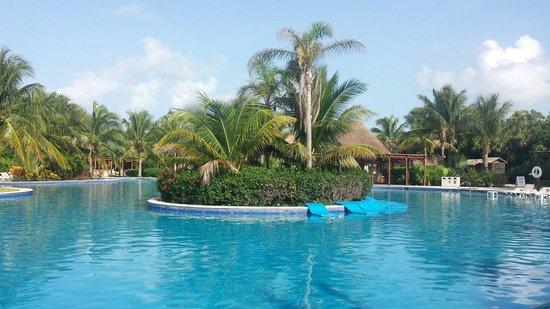 Valentin Imperial Maya: Gorgeous, huge pool