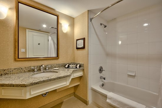Sun Peaks Grand Hotel & Conference Centre: Bathroom in Guest Room