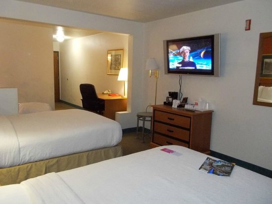 Econo Lodge Inn & Suites: Large LCD TV with comfortable beds, large bathroom and ample sockets!