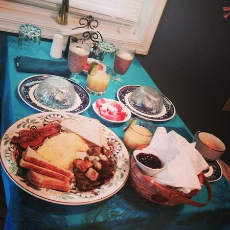 White Fence Bed & Breakfast: Wonderful hand-delivered breakfast! Eggs, bacon, toast, croissants, cherry jam, & berry smoothie