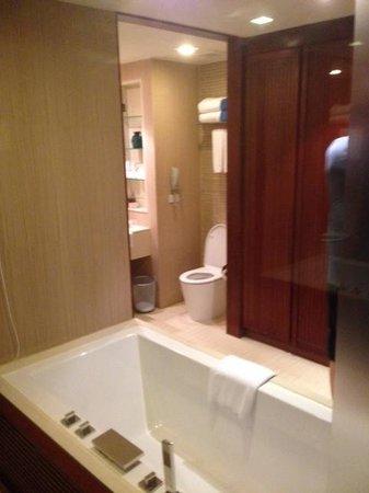 Patong Merlin Hotel: Bathroom in Pool Access Room