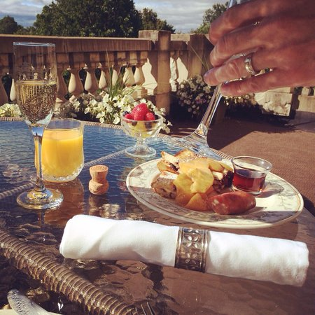Cotton Mansion: Our romance package included champagne - which we had delivered with our breakfast for some mimo