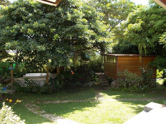 Hostal Garden by Refugio del Rio: Hot Tub and Tree House