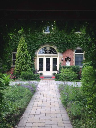 BranCliff Inn: Looking at the front entrance of the BranCliff B&B