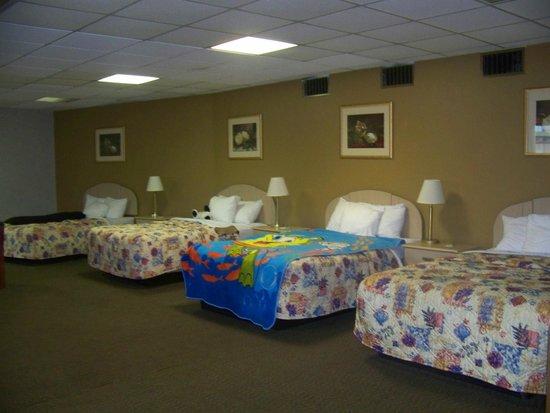 Rodeway Inn Cedar Point North: 4 bed suite