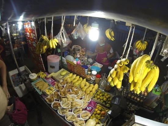 Holiday Inn Resort Krabi Ao Nang Beach: night market on 5 min. walking distance from hotel