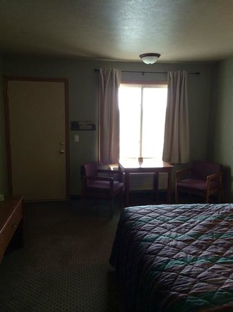 Four Seasons: Lakeside Room, queen bed, flat screen, cable, Clean
