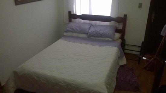 Pousada Paraguaya : cama de casal, boas cobertas, tudo bem limpo.