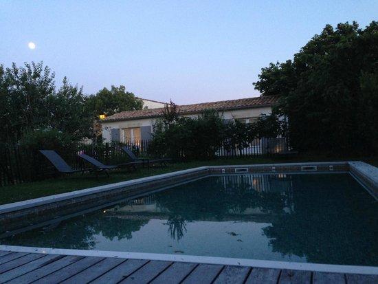 Le Clos Saint-Martin Hôtel & Spa : villa garden and pool
