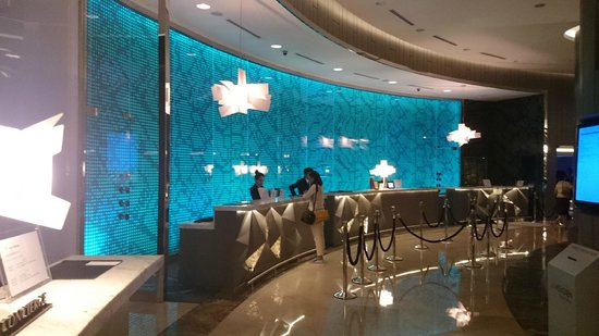 Le Meridien Kuala Lumpur : Reception Desk with Changing Colour Wall