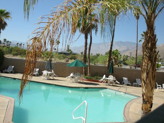 Baymont Inn & Suites Palm Springs: Pool area is nice... and clean