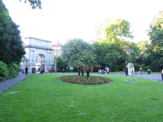 St. Stephen's Green: inside the park