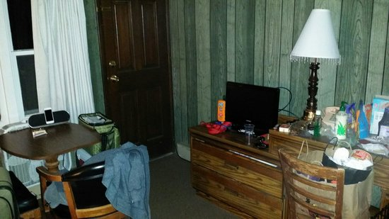 Lake Shore Motel: 23 backdoor, sitting area, TV, dresser