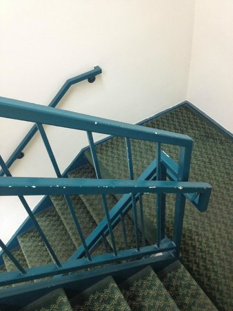 Quality Inn & Suites Lexington: peeling paint in stairwell