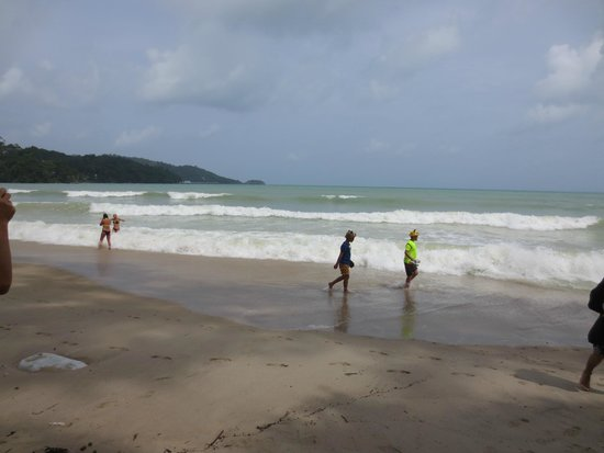 Holiday Inn Resort Phuket: Patong beach with strong waves