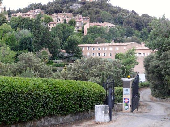 La Bastide du Calalou : Entrada hacia el hotel (1er edificio)