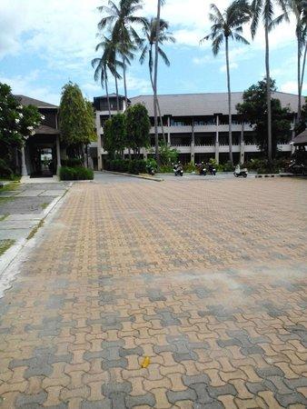 Weekender Resort & Hotel: парковка на территории отеля